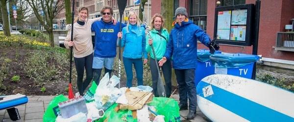 Plastic soep afval in de Haagse grachten