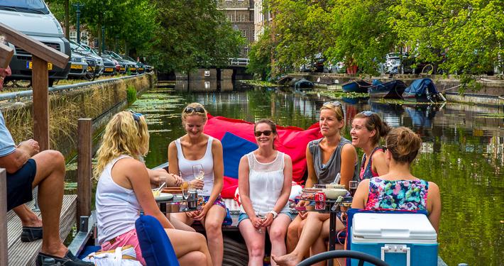 Rondvaartboot in de grachten van Den Haag